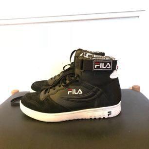 Knappt använda FILA skor i storlek 38. OBS stor i storleken så skulle säga att dem passar dig som har  38.5 - 39.