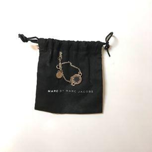 Marc Jacobs armband som är några år gammalt därav priset -  silver som blivit lite rosé och dustbagen får du självklart med.