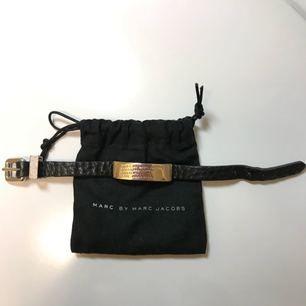 Marc Jacobs armband i silver med läder rem. Något använd(små små rispor på silvermärket)  men den är hel och fin.
