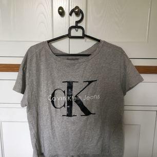 Grå Calvin Klein t-shirt i stl xs. Använd 1-2 gånger, nyskick