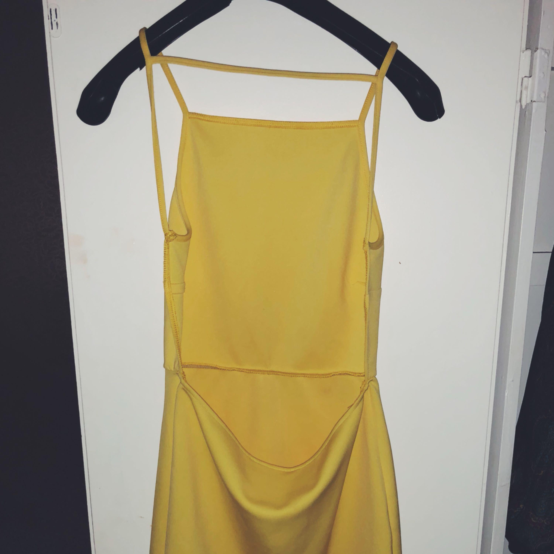 7ab533e753f3 Gul härlig sommar / fest klänning med öppen rygg😍 ✨. Klänningar.