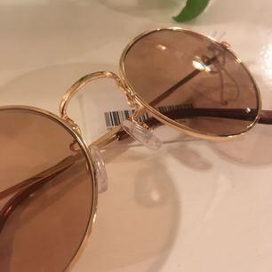 Splitternya (lapp fortfarande kvar) solglasögon i trendig oval/rund form med guld och bruna detaljer. Verkligen supersnygga men säljer pga att de inte passar mitt ansikte. Frakt tillkommer på 9 kr.