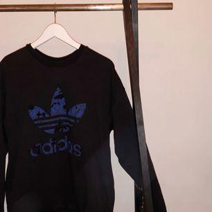 Skit snygg Adidas tjock tröja. Säljer då jag inte använder. Storleken säger XS men jag själv som brukar använda S o M säger att den är mer som S. Priset kan variera 😁