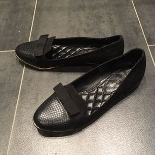 Fina skor med chanel-känsla! Använda på undersidan, men väldigt fina på ovansidan. Mjuk härlig sula. Storlek UK6 = 39. Möts upp i Stockholm city eller Huddinge centrum/sjukhus, eller fraktar, köparen står för frakten. Gärna swish!