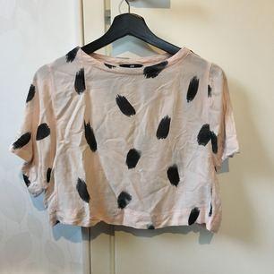 En midjekort t-shirt i viskos från H&M. Inköpt  2013 eller 2014, sparsamt använd.