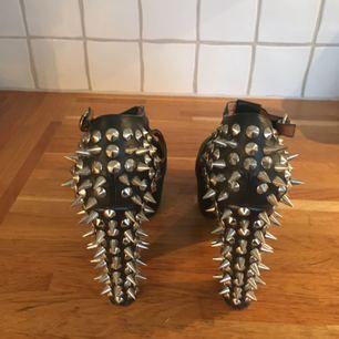 Sjukt coola Jeffrey Campbell skor köpta för att användas på en fest 2014. Sedan dess har de längtat efter att någon annan ska rocka dem! Storlek 38. Nypris 2800 kr.