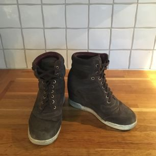 Sjukligt bekväma Marc by Marc Jacobs wedge-skor i mjuk grå mocka. Storlek 38. Nypris 3850 kr.