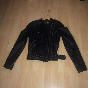 En svart skinnjacka med dragkedja och snyggt bälte! Kontakta gärna för fler bilder eller frågor