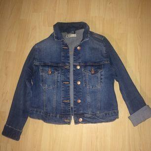 Söt jeansjacka från Gina tricot. Den är ganska kort (midjelängd) och passar lika bra till klänningar som byxor.