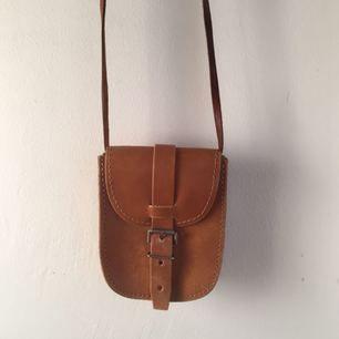 Liten gullig vintageväska i läder i toppskick. Finns i Bagis, men kan mötas upp i stan.