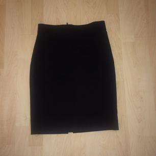 Elegant kostymkjol från HM, dragkedja på baksidan. Har inte använt den då den är för liten för mig!