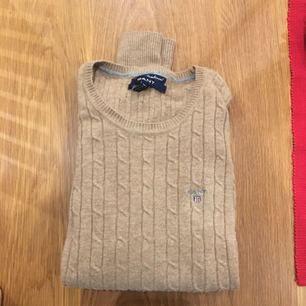 Brun/beige stickad tröja från GANT i stl S. Använd ett fåtal gånger, fint skick.