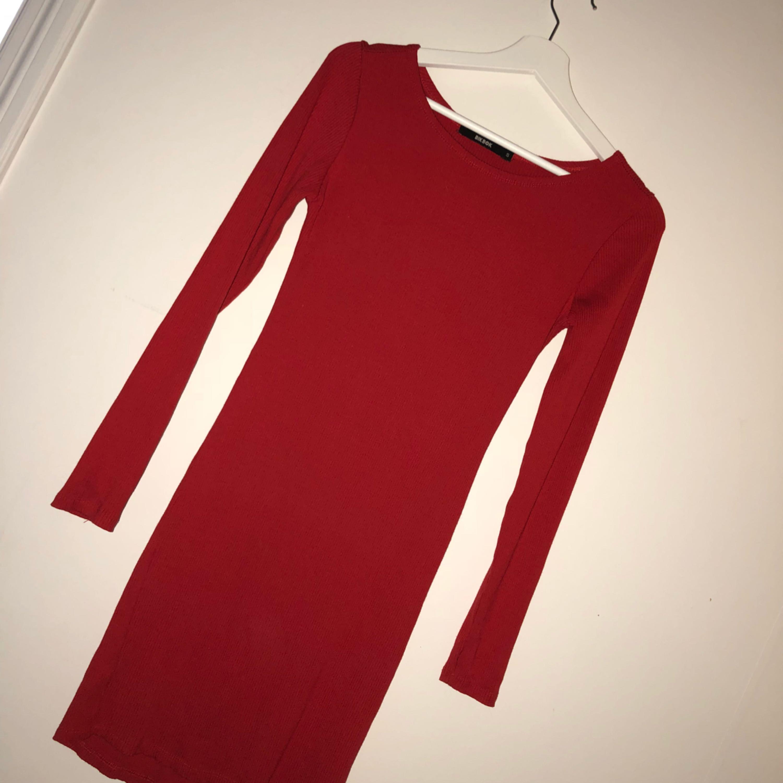 Röd långärmad klänning från BikBok - Bik Bok Klänningar - Second Hand 46d5a221aa0d4