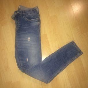 Ljusa jeans från Zara. De är stretchiga med slim fit