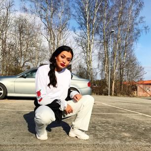 🌹jättefin vit tröja med rosor på båda sidorna av armarna. passar medium/large 🌹