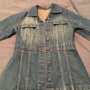 Figursydd jeansjacka med sliten /retro look