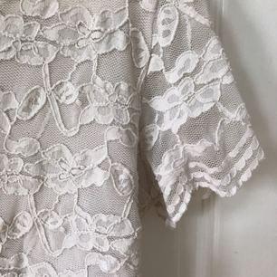 Supersöt blus i spets från H&M! Använd ett fåtal gånger men i fint skick. Kan mötas i Uppsala eller skicka, frakten går på 12kr❤🌹