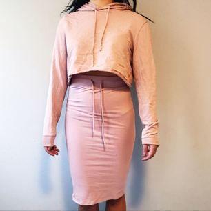 Mjukisset med cropped hoodie och knälång kjol från Nelly i storlek M på hoodien och S i kjolen säljes för 100kr, frakt tillkommer. Pris kan diskuteras vid snabb affär. Betalning sker via swish.