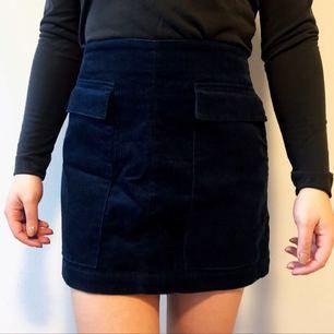 Mörkblå kjol i Manchester tyg från Zara i storlek 36 säljes för 50kr, frakt tillkommer. Betalning sker via swish.