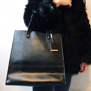 Shoppingbag från Atmosphere säljes för 50kr, frakt tillkommer. Betalning sker via swish.
