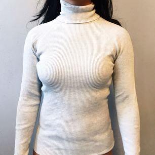 Polotröja från Gina Tricot i storlek M säljes för 50kr, frakt tillkommer. Betalning sker via swish.