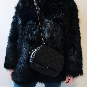 Axelremsväska från Zara säljes för 100kr, frakt tillkommer. Betalning sker via swish.