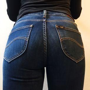 Lee jeans cropped modell (ankel) storlek W27 L31 säljes för 800kr (ny pris 1200kr), frakt tillkommer. Jeansen är oanvända förutom testade för bilderna ovan. Betalning sker via swish.