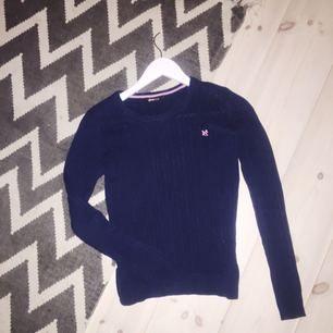 mörkblå kabelstickad tröja från ginatricot, bra skick🌸