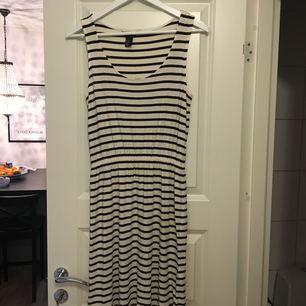 Randig klänning med resår i midjan från H&M. Storlek XS. 40 kr (frakt tillkommer)