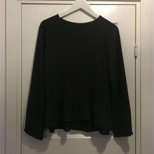 Mörkgrön blus med volang längst ner. Köpt på Åhlens, storlek 36. 80 kr (frakt tillkommer)