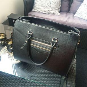 Stor handväska köpt från TIAMO i spanien. Den rymmer väldigt mycket och har två mindre ytterfack. Går och justera storleken en aning med knappar, mycket bra skick!