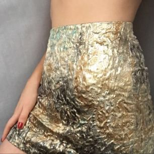 Guldig kjol från Zara. Kan både mötas och frakta :)