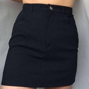 Mörkblå polyester kjol. Kan både mötas och frakta :)