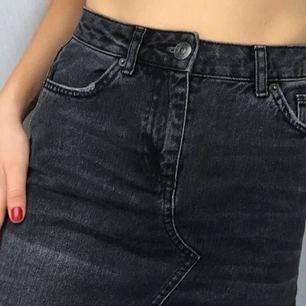Svart jeanskjol från BDG köpt på Urban Outfitters. Kan både mötas och frakta :)