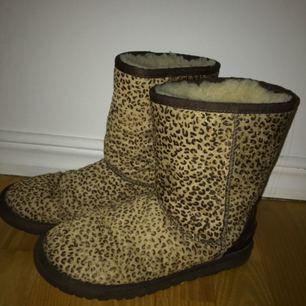 Jag säljer nu mina äkta leopard uggs i storleken 37. Skorna är i väldigt fint skick, dock är de lite ull innanför skorn som är borta, men annars super sköna🙌🏼🙌🏼 Nypris: över 2000kr