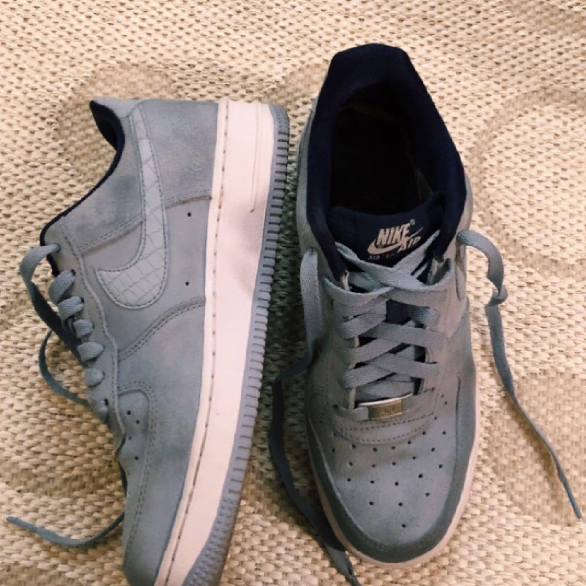 Nike Air Force 1, använda 2 gånger. Säljer eftersom de är snäppet för små för mig! Har storlek 39-40 i vanliga fall. . Skor.