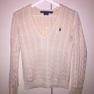 Säljer en jättefin kabelstickad Ralph lauren tröja. Den är i storlek xs men kan även passa small och kanske en liten medium. Bra skick!