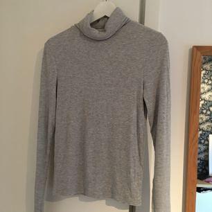 Snygg tröja med polo upptill. Använd en gång. Köpare står för frakt. Mjukt material!