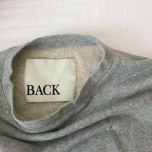Biker-sweater med dragkedjor på ärmarna från BACK i storlek 36. Möts upp i Stockholm alternativt står köparen för frakten ✨