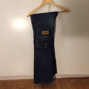 Supersnygga bootcut jeans från wrangler. Favoritjeansen som jag tyvärr växt ut. Formar kroppen superfint!