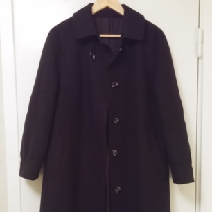 Beautiful long coat navy blue. 120 cm long from the neck to the bottom. It has two big pockets on the sides.  Size 38, it feels like between XS and S. Material: 80% wool 20% polyamide. It is in excellent condition.