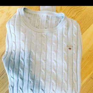 Säljer min ljusblåa Gant stickade tröja, helt fel fri. Tog bort lappen för den kliade men det är storlek xs/s för det har jag alltid. Säljs pga flytt/rensning.