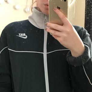 Nike trackjacket köpt på ASOS marketplace. Asball!! Säljer för den är lite för stor på mig ): Tar swish eller kontanter. Kan mötas upp i Östersund annars så betalar köparen själv för frakt!😊 skicka meddelande om du har några andra frågor!