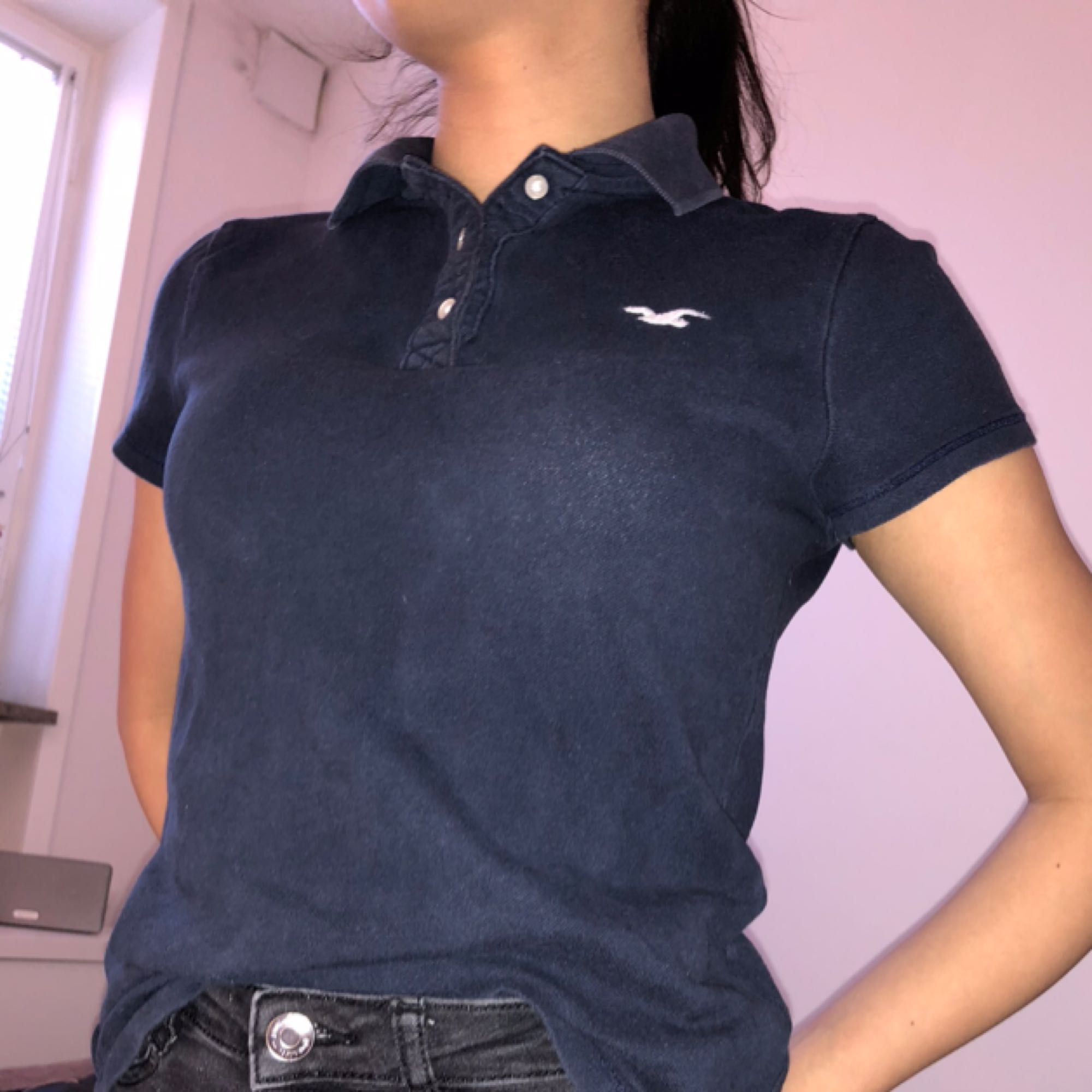 Jätte fin piké tröja i marinblått från Hollister. Storlek S men passar även bra till de i storleken XS.  Start pris 150kr men priset kan diskuteras . Toppar.