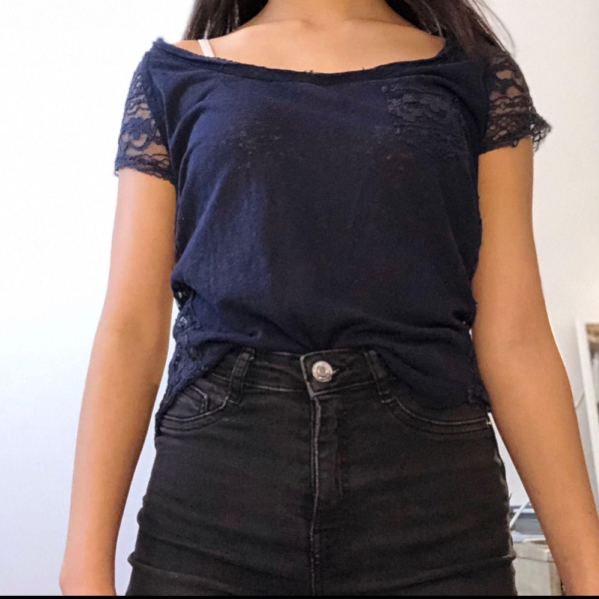 Tunn marinblå sommar tröja från Hollister med spets vid armarna och på ryggen. Jätte fin och skön att ha på sommaren. Använd ett fåtal gånger . Pris kan diskuteras . T-shirts.
