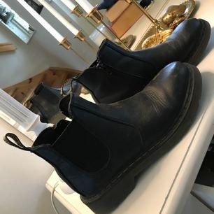 Skor från Dr Martens,använda men inte slitna. Har en liten slitning fram på skon annars i bra skick.