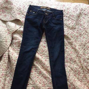 Säljer en super snygg skinny jeans köpte i Egypten inte så länge sen passar jättebra. Färgen är mörk blå!
