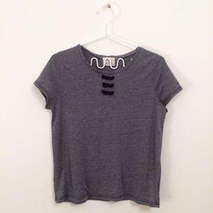 så fin blågrå t-shirt med svarta