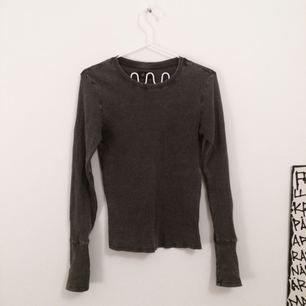 långärmad ribbad tröja inköpt i warszawa. så snygg till ett par höga jeans exempelvis! storlek M, passar även S.