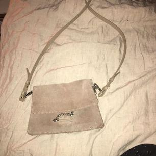 Säljer min fina beige/ljus bruna väska , påminner en aning om chloe.